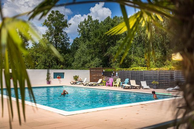 Soleil des Bastides piscine couple