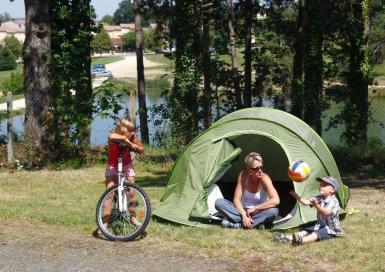 Camping O Bleu pastel emplacement tente vue lac