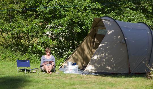 Camping tente lecture et repos au soleil