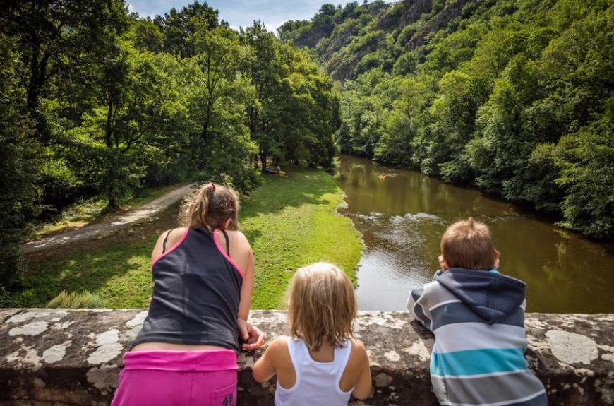 Camping Municipal de Thuriès vue rivière