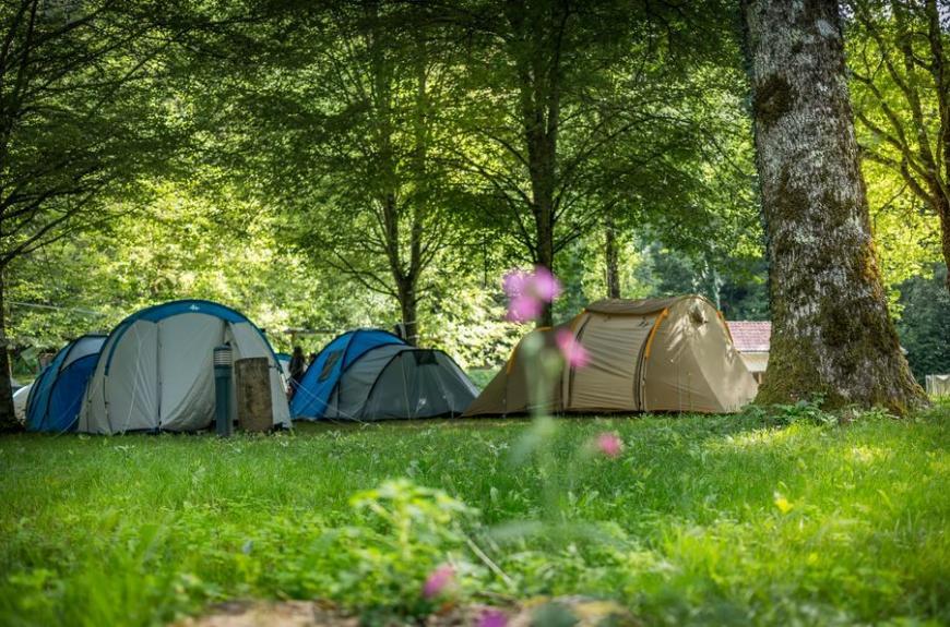 Camping Municipal de Thuriès emplacements ombragés