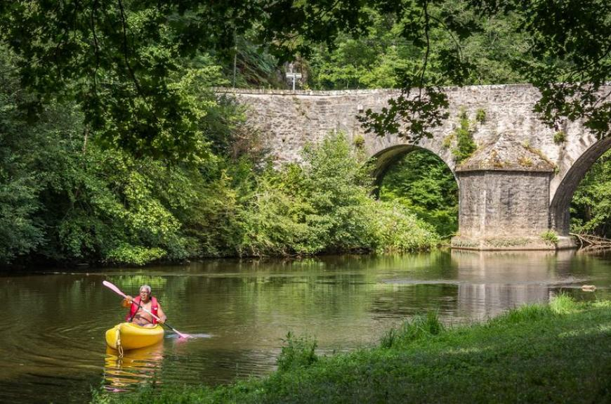 Camping Municipal de Thuriès pont et rivière