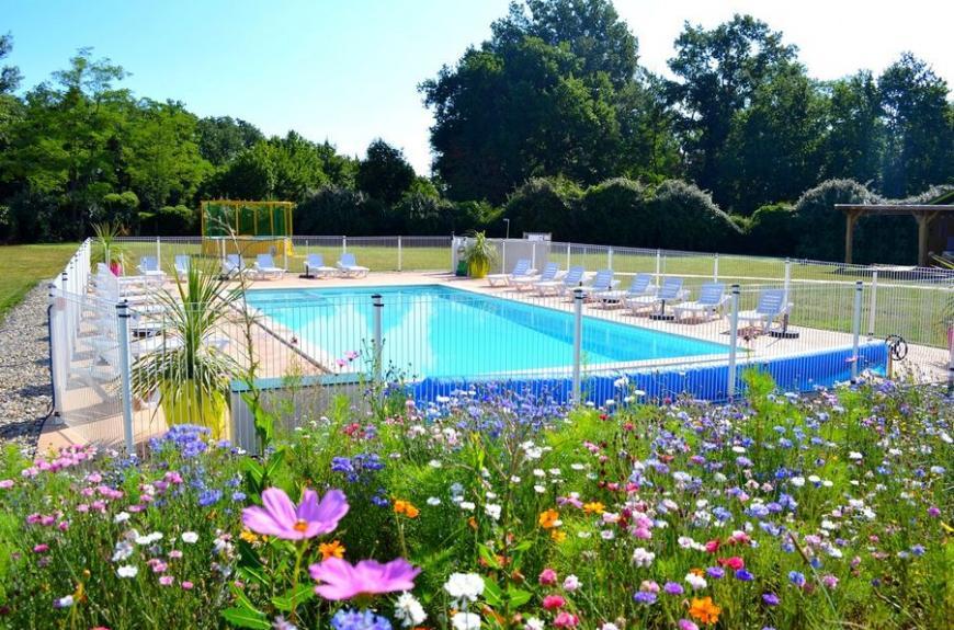 Les Pommiers d' Aiguelèze piscine fleurie