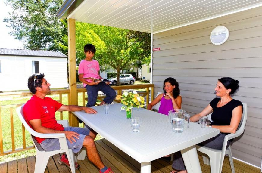 Les Pommiers d' Aiguelèze famille en terrasse