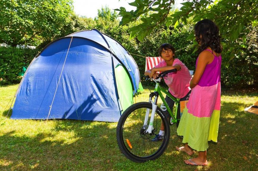 Les Pommiers d' Aiguelèze tente et enfants