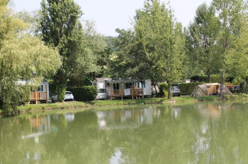 emplacement bord étang Camping Plan d'Eau St Charles