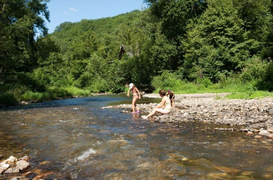 La Prade repos et jeux au bord de la rivière
