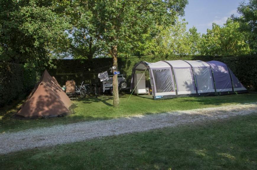 Camping Le Pessac grands emplacements tente