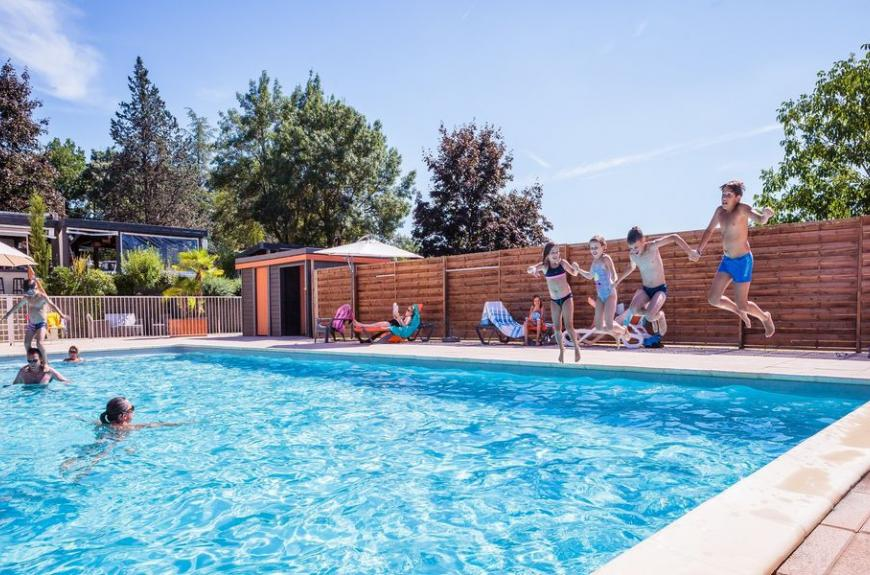 Camping Soleil des Bastides piscine avec enfants
