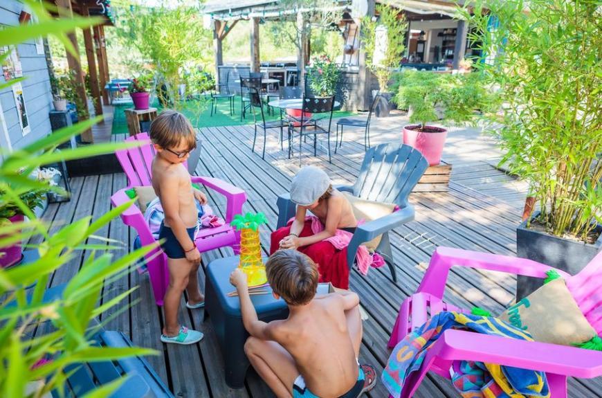 Camping Soleil des Bastides terrasse jeux enfants