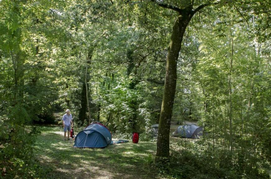 Camping Entre Deux Lacs emplacement en forêt