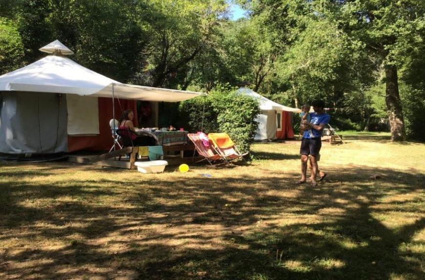Camping Domaine Les Clots famille devant BTM
