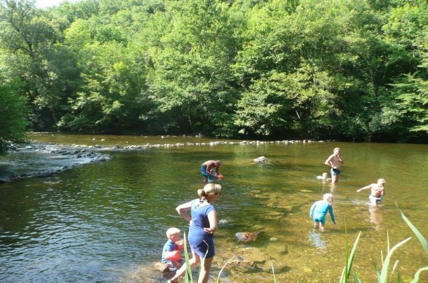 Camping Domaine Les Clots jeux dans la rivière