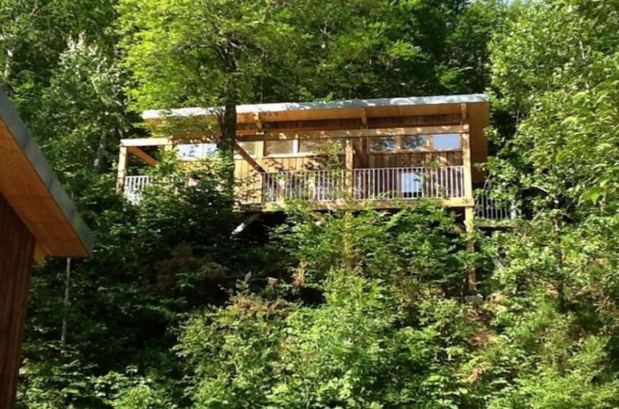 Camping Domaine Les Clots maison en forêt