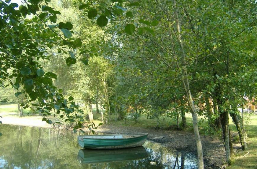 Domaine du Grand Chêne barque sur le lac