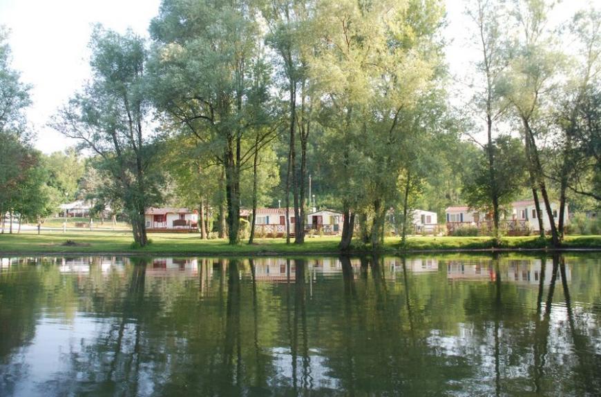 Domaine du Grand Chêne chalets et lac