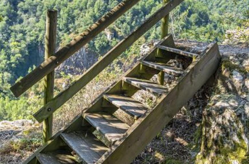 Camping les Tarrasses du Viaur petit escaliers